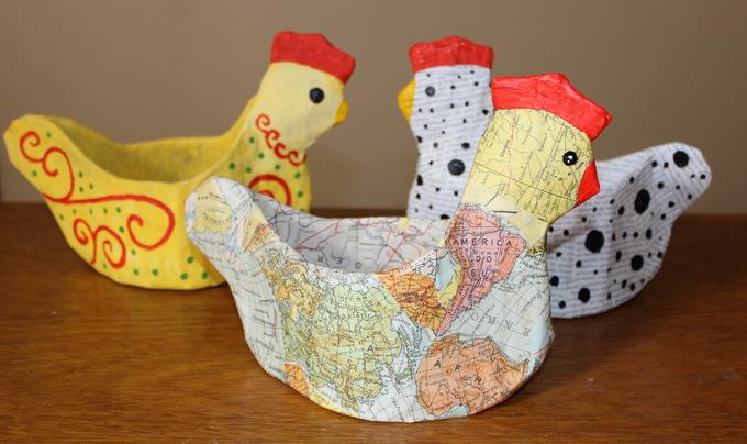 Artesanato com papelao e jornal velho: uma galinha global