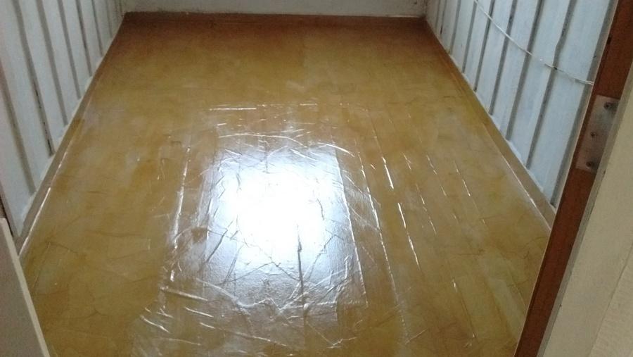 Colar papel de embalagem sobre o piso, ideia maluca que deu certo!